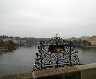 Fläck för bra lycka på Charles Bridge, Prague, Tjeckien Royaltyfria Bilder