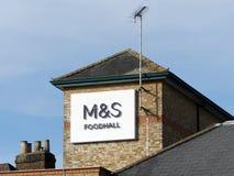 Fläck- och Spencer Foodhall tecken på lagertorn i storgatan, Rickmansworth arkivbilder