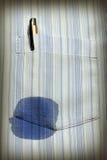 Fläck på skjortan med pennan fotografering för bildbyråer