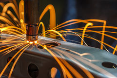 Fläcksvetsningmaskin, automatisk del i en bilfabrik Royaltyfria Bilder