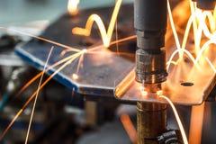 Fläcksvetsningmaskin, automatisk del i en bilfabrik Arkivfoto