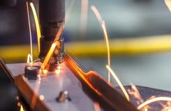 Fläcksvetsningmaskin, automatisk del i en bilfabrik Arkivbild