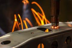 Fläcksvetsningmaskin, automatisk del i en bilfabrik Royaltyfria Foton