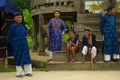 Fläder som bär traditionell kläder under buffelfestival Arkivfoton