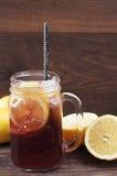 Fläderbärlemonad Murarekrus av den fläderbärfruktsaft och citronen på en träbakgrund, en sund näring, en alternativ medicin och e arkivbild
