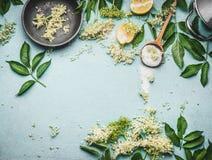 Fläderna blommar matlagningförberedelsen Fläderna blommar med skeden, socker och citronen på blåtttabellbakgrund royaltyfri bild