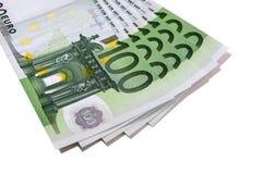 Fläkta bunten av euro 100 sedlar som isoleras på vit Arkivfoto