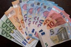 Fläktade euroräkningar av olika valörer arkivbilder