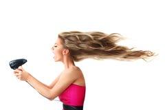 Långt hår för kvinnauttorkning arkivbild