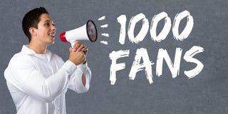 1000 fläktar något liknande tusen sociala megap för ung man för nätverkandemassmedia Royaltyfri Fotografi