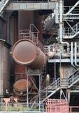 Flänsarna och de gamla metallkonstruktionerna i industriell zon Royaltyfria Bilder