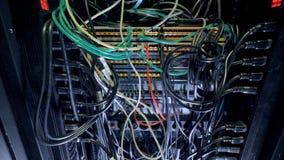 Fläta samman kablar inom ett stort strömbrytarekabinett stock video