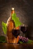 Flätad flaska av vinen Fotografering för Bildbyråer