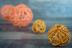 Flätad trådbollar på trä Arkivfoto