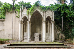 Flätade ihop det imperialistiska altaret för arkitektonisk historia bland grönskan med murgrönan i huvudstaden av Italien, Rome Royaltyfria Foton