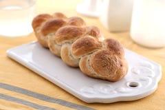 Flätat bröd med rånar på sidan Fotografering för Bildbyråer