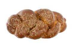 Flätat bröd med sesamfrö som isoleras på vit bakgrund Till Arkivbild