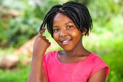 Flätat hår för gullig afrikansk flickavisning Royaltyfri Bild