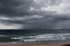 Flåshurtigt hav på en stormig vinterdag Royaltyfria Foton