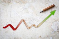 Flèche économique avec le papier croissant de flèche de tendance Images stock