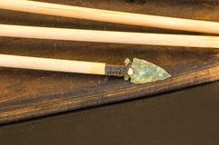 Flèche antique avec la pointe de flèche de silex Photo libre de droits