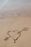 Flèche au coeur de la plage. Image stock