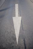 Flèche blanche de route Images stock