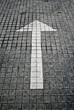 Flèche blanche sur le trottoir Photo libre de droits