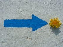 Flèche bleue peinte et pissenlit jaune, abstraits illustration libre de droits