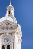 Flèche d'église réglée contre le ciel bleu Photos libres de droits