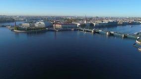 Flèche d'île de Vasilievsky et de pont d'échange Vidéo aérienne de St Petersbourg banque de vidéos