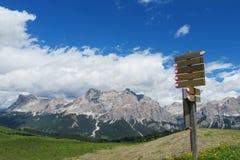 Flèche d'indicateur de direction sur le passage de montagne Images libres de droits
