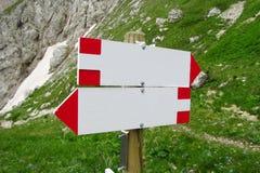 Flèche d'indicateur de direction sur le passage de montagne Image stock