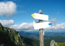 Flèche d'indicateur de direction sur le passage de montagne Photo libre de droits
