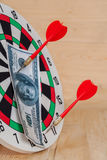Flèche de dard frappant sur la cible avec l'argent Photos libres de droits