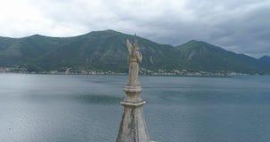 Flèche de l'église du saint Eustace dans Dobrota, vue aérienne clips vidéos