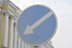 Flèche de panneau routier sur le fond bleu image stock