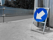 Flèche de panneau routier vers le bas avec la couleur bleue Image stock