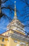 Flèche du bâtiment principal d'Amirauté, St Petersburg, Russie Images libres de droits