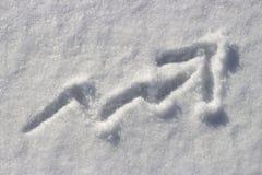 Flèche haute dessinée sur la neige, le concept des prix en hausse en hiver, temps froid photos libres de droits