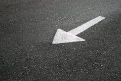 Flèche marquage routier sur l'asphalte Photographie stock libre de droits