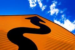 Flèche ondulée sur le signe de route se dirigeant vers le haut pour la réussite photos libres de droits