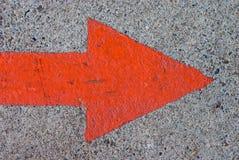 Flèche peinte rouge sur le béton Images libres de droits