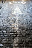 Flèche prévue dans l'asphalte pavé en cailloutis indiquant la direction et la vitesse à 20 kilomètres par heure photographie stock libre de droits