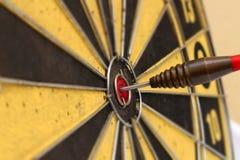 Flèche rouge de dard frappant au centre de cible de la cible Images stock