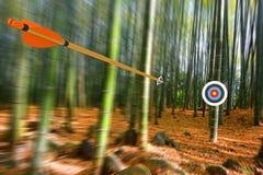 Flèche se déplaçant par l'air à la cible avec la tache floue de mouvement radiale, photo de partie, rendu de la partie 3D Photos stock