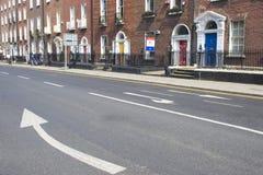 Flèche sur la rue Photos stock