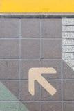 Flèche sur le plancher de plate-forme Photos libres de droits