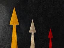 Flèche triple sur le fond foncé de route avec l'espace de copie, concept d'affaires images stock