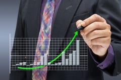 Flèche verte sur le graphique de réussite Image stock